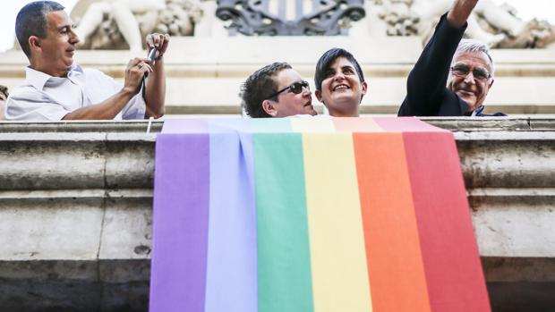 El Ayuntamiento de Valencia, con su alcalde, Joan Ribó, colocó en su fachada una bandera arcoíris de los coletivos de gays y lesbianas
