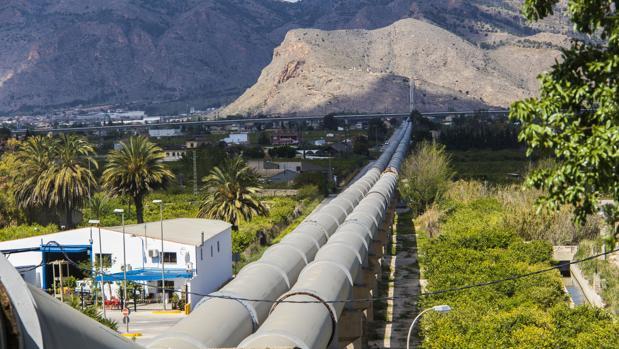 Conducciones del trasvase Tajo-Segura a su paso por la huerta de la Vega Baja cerca de Orihuela