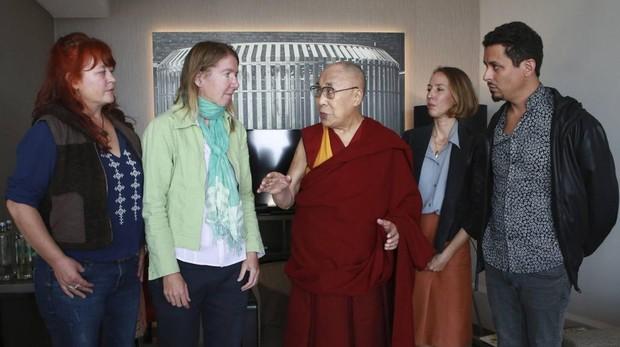 Cuatro presuntas víctimas de agresiones sexuales por parte de monjes budistas: Chris, Cecile, One Biljsma y Ricardo Mendes, después de presentarle el informe que alumbró el llamado #Metooguru