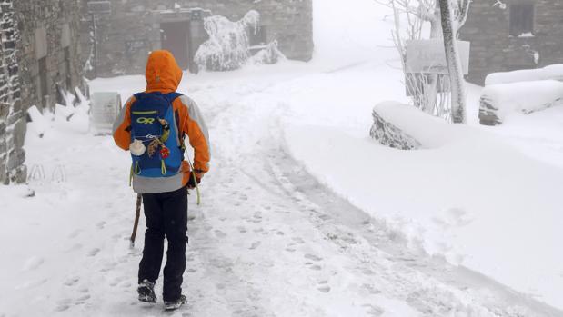 Un peregrino en la localidad de O Cebreiro. El hielo y la nieve causan medio centenar de incidencias en Galicia