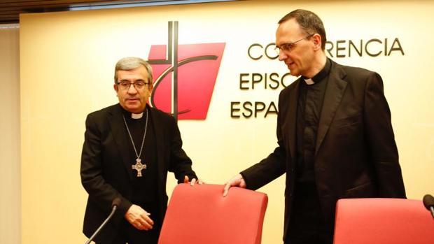 Luis Argüello (izqda.), junto al director de la Oficina de Comunicación de la Conferencia Episcopal, José Gabriel Vera en una imagen de archivo