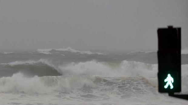 Las olas rompiendo contra la playa de Riazor