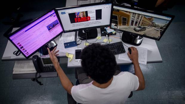 Un periodista de AFP chequea las noticias