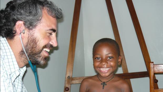 El pediatra Pablo Rojo explorando a un niño en África