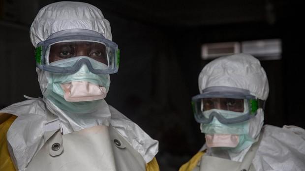 Personal médico con el equipo de protección antes de ingresar en un área de aislamiento en un centro de tratamiento contra el ébola en Goma, República Democrática del Congo
