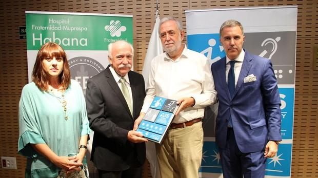Entrega la placa Ignacio Lucini, patrono de la Fundación AIS a Carlos Aranda, director gerente de Fraternidad-Muprespa