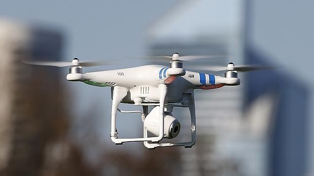 Modelo de un drone con cámara incorporada