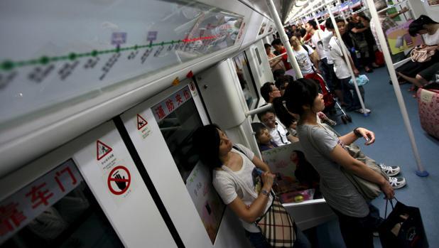 Imagen de archivo de pasajeros del metro en la ciudad china de Shenzhen