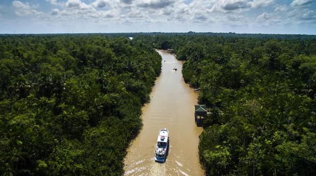 Un barco recorre el Amazonas cerca de Belém do Pará (Brasil), el lugar al que ha vuelto recientemente Javier Moro